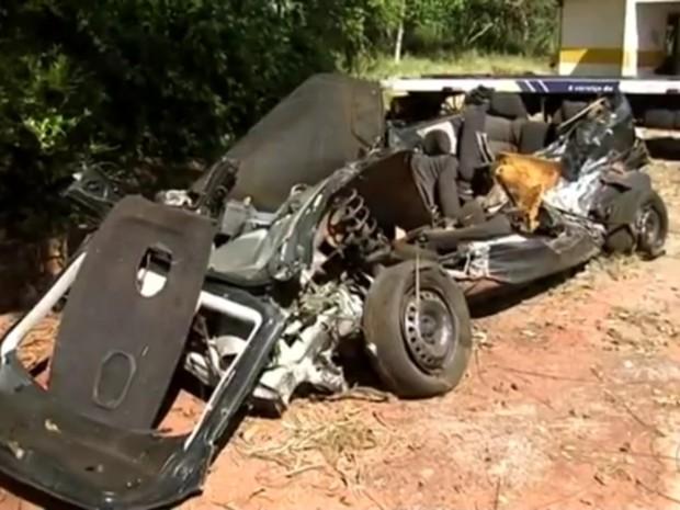 Carro ficou completamente destruído (Foto: Reprodução/TV TEM)