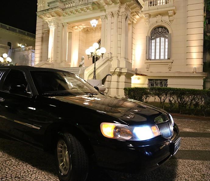 O pretendente de Fedora consegue até uma limousine para impressioná-la (Foto: Carol Caminha/Gshow)