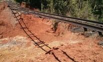 Cratera abre e deixa linha férrea 'pendurada' em bairro de Tatuí (Cláudio Nascimento/ TV TEM)