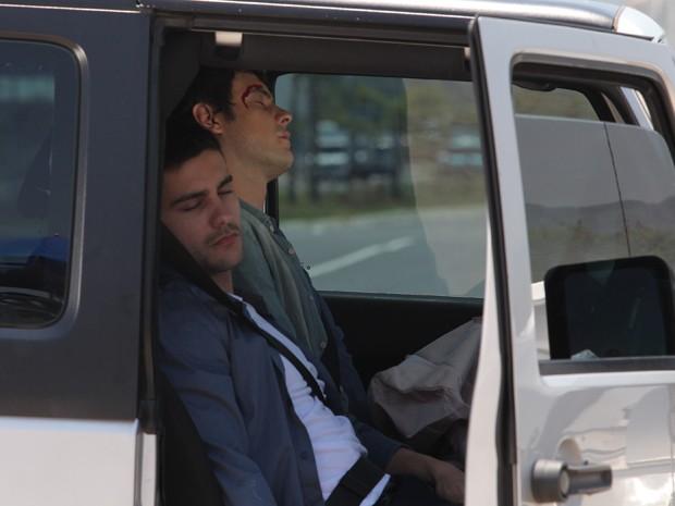 Caíque e Gustavo sofrem acidente de carro (Foto: Artur Meninea/ Gshow)