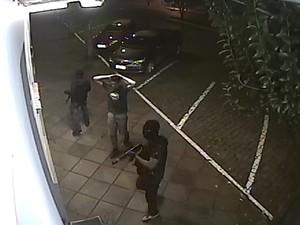 Grupo armado usou reféns antes de explodir portas da fábrica de joias em Cotiporã. Uma das câmeras registrou a chegada (Foto: Reprodução)