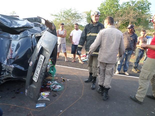 Capotamento aconteceu após pneu do carro estourar e motorista perder o controle (Foto: Polícia Civil)