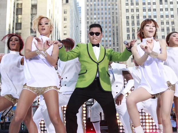 O rapper sul-coreano Psy se apresentou nesta sexta-feira (14) ao vivo no programa 'Today', na rede de TV norte-americana NBC (Foto: Reuters/Brendan McDermid)