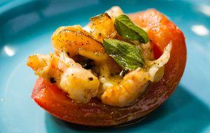 Tomate recheado com creme de queijo e camarão