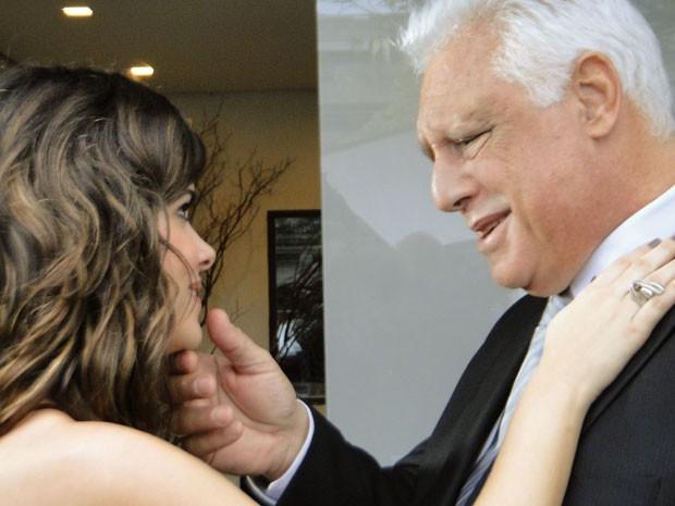 César resolve compensar a amante pela joia perdida (Foto: Amor à Vida/TV Globo)