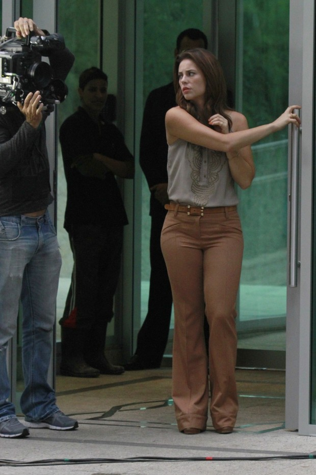 Paola Oliveira gravando na Barra da Tijuca, RJ (Foto: Dilson Silva / Agnews)