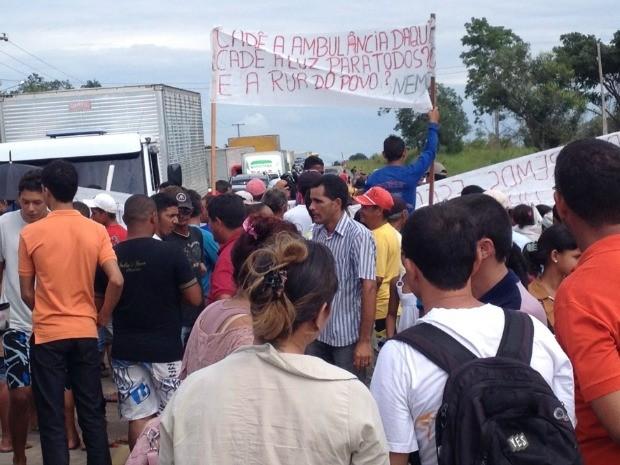 Moradores fecham BR-364 para chamar atenção do porder público (Foto: Genival Moura/G1)