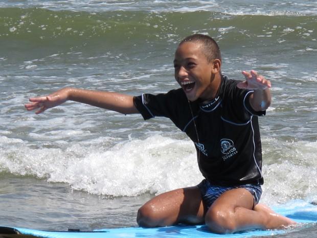 Raphael surfando no mar em Santos, SP (Foto: Mariane Rossi/G1)