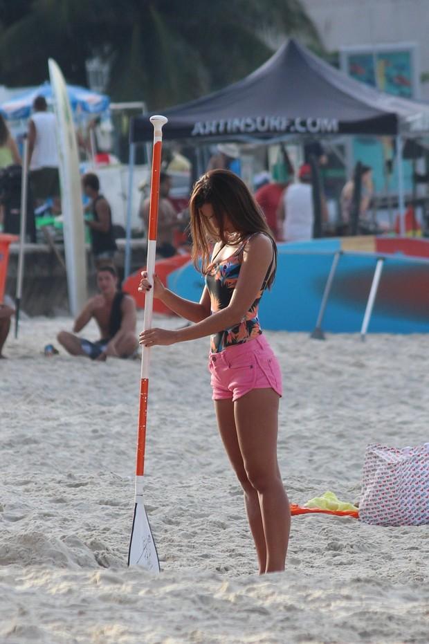 Letícia Wiermann, filha de Datena, na praia (Foto: Fabio Moreno/Gil Rodrigues/Photo RioNews)