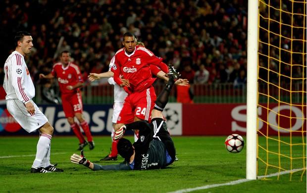 Poleksic goleiro do Debrecen e David Ngog liverpool (Foto: Agência Getty Images)