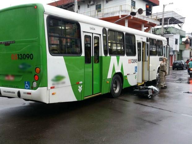 Casal em motocicleta colidiu com ônibus na Avenida Brasil, Zona Oeste (Foto: Divulgação/Manaustrans)