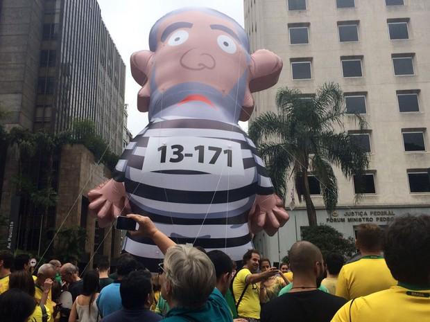 Manifestantes inflam boneco do ex-presidente Lula com roupas de presidiário na Avenida Paulista, em São Paulo, durante ato para pedir impeachment de Dilma Rousseff (Foto: Gabriela Gonçalves/G1)