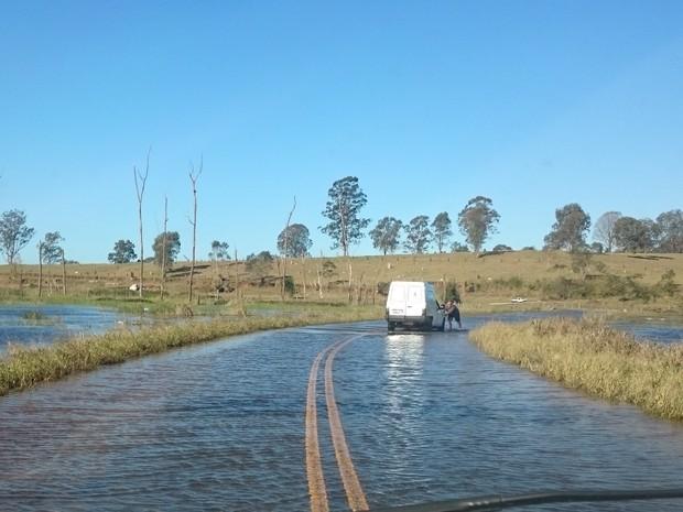 Estrada em Suzano, próxima à represa de Taiaçupeba, está alagada (Foto: Massaru Anraku/ VC no G1)