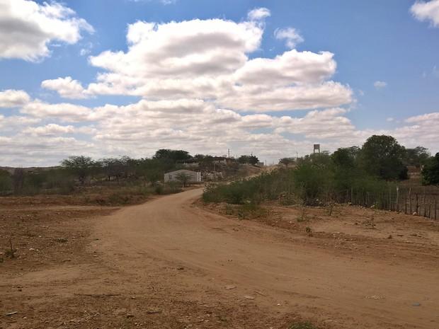 Confusão entre órgãos fez com que quase metade do dinheiro destinado a pavimentação do povoado em Caraúbas fosse devolvido (Foto: Diogo Almeida/G1)