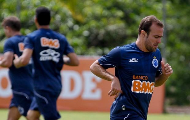 Meia Roger no treino do Cruzeiro (Foto: Washington Alves / VIPCOMM)