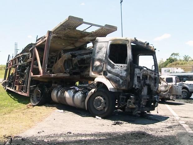 Carreta ficou destruída após tombar em rodovia de Cajati (Foto: Reprodução/TV Tribuna)