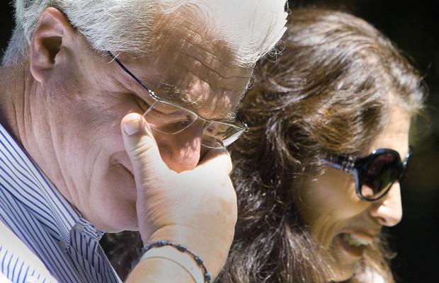Diane e John Foley, pais do jornalista assassinado na Síria, falam com repórteres após terem conversado com o presidente americano, Barack Obama, do lado de fora de sua casa em Rochester  (Foto: Jim Cole/AP)