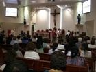Familiares participam de missa de sétimo dia do poeta Manoel de Barros