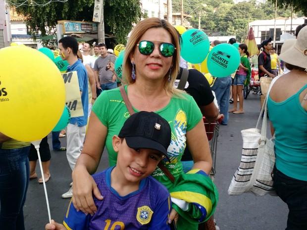 Mãe e filho participam de protesto (Foto: Lislaine dos Anjos/ G1)