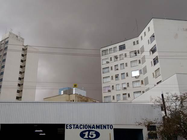 Nuvens escuras em Araçatuba foram registradas por morador (Foto: TEM Você)