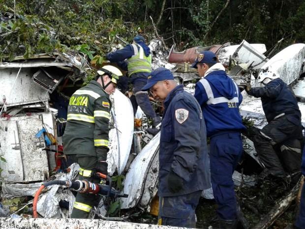 Polícia de Antioquia divulga fotos da operação de resgate entre os destroços do avião, que envolve policiais, bombeiros e unidade de emergências (Foto: Reprodução/Twitter/Departamento de Polícia de Antioquia)