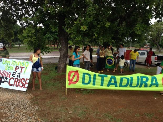 Protesto que pede o impeachment da presidente Dilma Rousseff começou na Praça dos Girassóis (Foto: Patrício Reis/G1)