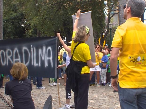 Faixa com 'Fora Dilma' é exposta na Praça da Liberdade, em Belo Horizonte, durante protesto pelo impeachment da presidente afastada (Foto: Reprodução/TV Globo)