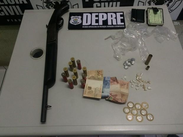 Arma de fogo e dinheiros foram apreendidos durante a operação (Foto: Divulgação/Polícia Civil)