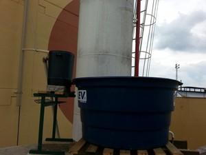 Equipamento filtra água da chuva para reuso em escola no interior de São Paulo