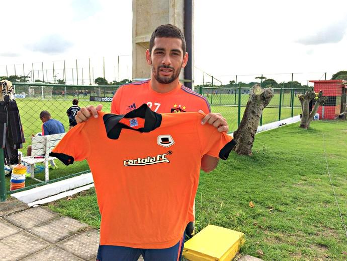 Diego Souza recebe a camisa do Cartola (Foto: Lucas Liausu)
