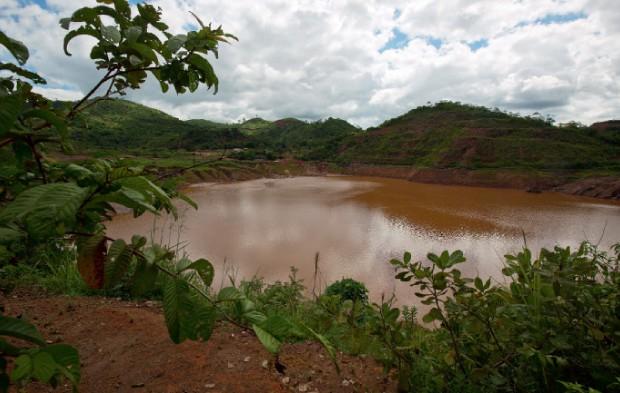 ... Hoje a cava está submersa (Foto: Luiz Maximiniano)
