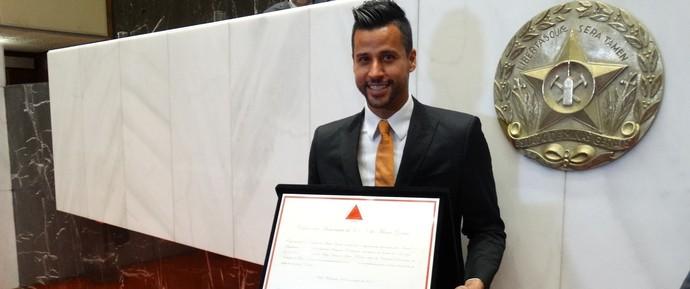 Fábio segura placa com título de cidadão honorário de Minas Gerais (Foto: Maurício Paulucci)