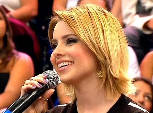 De cabelo loiro, Sandy participa do júri do Faustão em 2010 (Foto: Reprodução)
