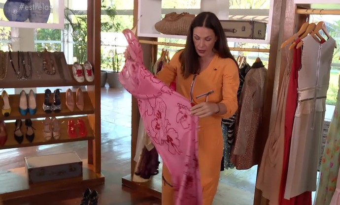 Carolina Ferraz mostra vestido que tem há 26 anos (Foto: TV Globo)