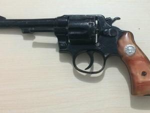 Revólver calibre 32 encontrado com dupla é a mesma usada no assalto, segundo a vítima (Foto: Divulgação/Polícias Civil de Prainha)