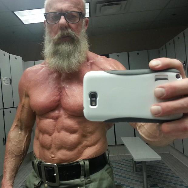 Usuário postou foto de senhor de 60 anos com físico bem definido (Foto: Reprodução)