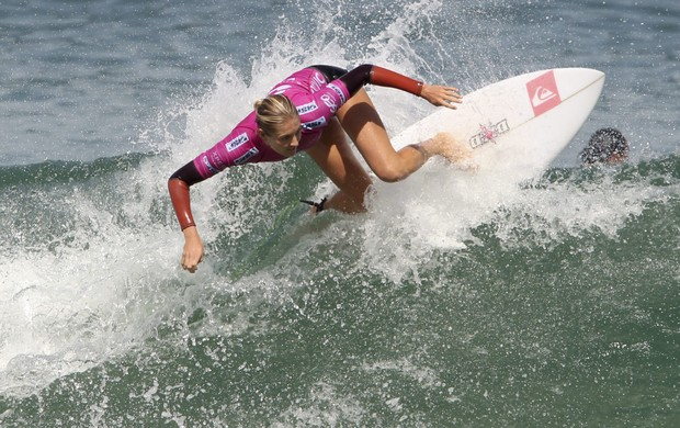 surfe Stephanie Gilmore na repescagem do Rio Pro (Foto: Sergio Moraes / Reuters)