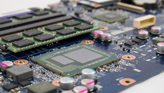 Notou pequeno retângulo anexo ao processador? É a memória eDRAM da Iris Pro (Foto: Reprodução/PC Gamer)