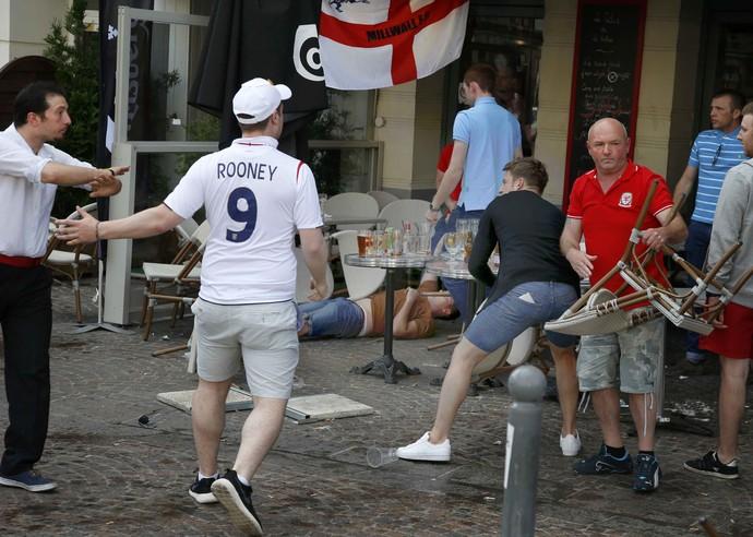Torcedores ingleses em briga de bar em Lille (Foto: REUTERS/Pascal Rossignol)
