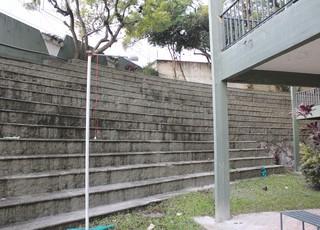 Arquibancada do antigo Estádio da Montanha é preservada no Cemitério João XXIII (Foto: Diego Guichard)