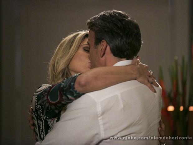 Heloísa não resiste e beija Thomaz (Foto: Felipe Monteiro/TV Globo)