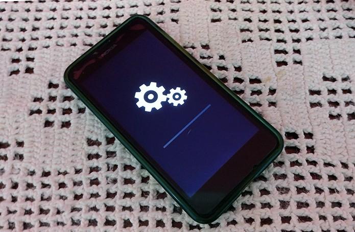 Lumia 630 mostrará engrenagens enquanto limpa configurações do celular (Foto;: Reprodução/Elson de Souza)