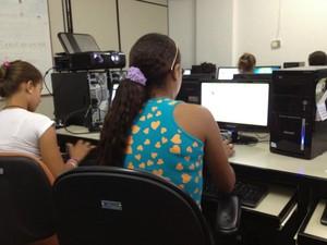 Alunos utilizam o laboratório de informática para pesquisa (Foto: Ivanete Damasceno/G1)