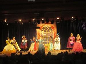Peça Coroação de Cinderela, da Artistando Cia Teatral, é atração no Teatro Gacemss, em Volta Redonda (Foto: Divulgação/Espetáculo/Site Gacemss)