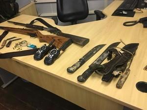 Armas de fogo, munições e facões estavam no carro (Foto: Reginaldo Balieiro/TV Tapajós)