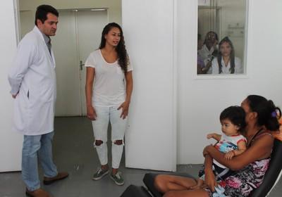 Superintendente do Dom Malan, Marcelo Marques acompanhou Carol Baiana pelas alas do hospital (Foto: Magda Lomeu)