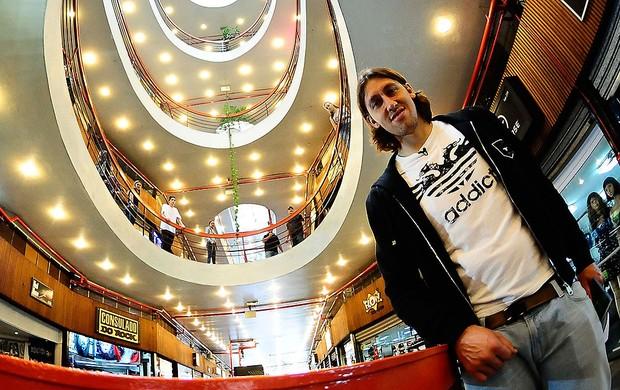 Cassio do Corinthians na Galeria do Rock (Foto: Marcos Ribolli / GLOBOESPORTE.COM)