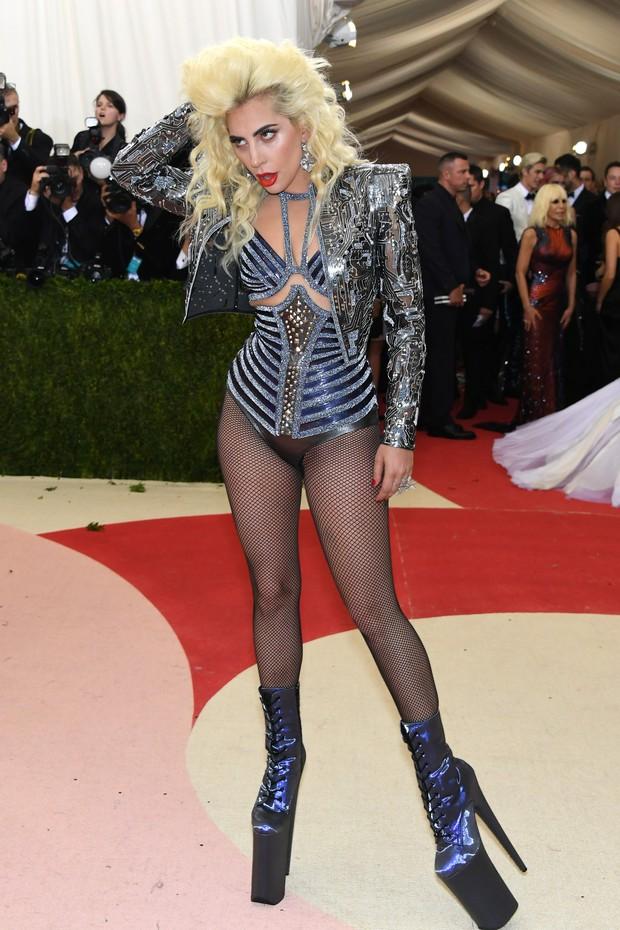 Lady Gaga no baile de gala do MET, em Nova York (Foto: AFP)