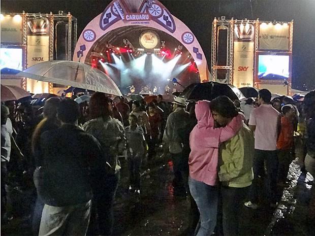 Público não se importou com chuva e aproveitou shows em Caruaru (Foto: Katherine Coutinho/G1)