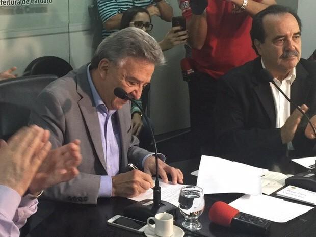 Prefeito José Queiroz sancionou lei da transferência da Feira da Sulanca de Caruaru (Foto: Mário Flávio/TV Asa Branca)